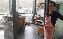 Ulrike Hamm vor ihrer Werkstatt