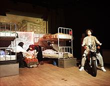 Foto: Mann mit Motorrad auf der Bühne