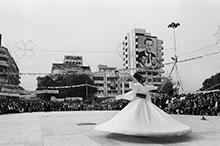 Foto: tanzender Mann auf einem Platz