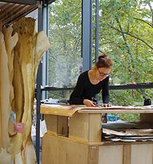 Foto: Frau am Arbeitstisch, Leder