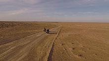 Foto: 2 Menschen mit Motorrad in der Wüste