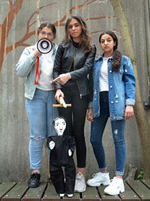 3 junge Schauspielerinnen mit Marionette