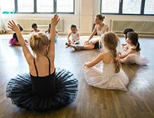 Foto: Tanzlehrerin und Kinder