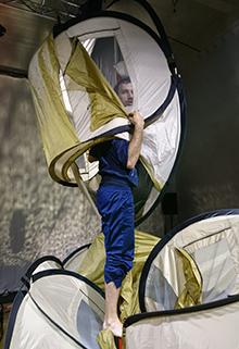 Foto: Auf der Bühne Mann in aufgehängtem Zelt