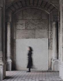 Verschwommene Frau vor Wand